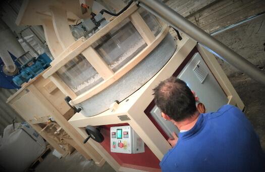 Jean-René lors du raccordement électrique d'une installation d'un Moulin à farine PRO100 à Bourg-en-Bresse (71)