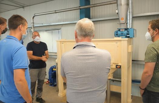 Laurent et l'équipe Belge de la Ferme Belle Maison lors de la formation à la conduite de leur moulin à farine PRO100