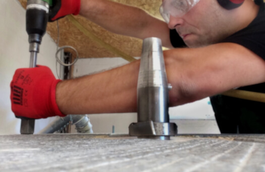 Sébastien lors d'un rhabillage de meules granit sur un moulin MTI70 dans le Trièves