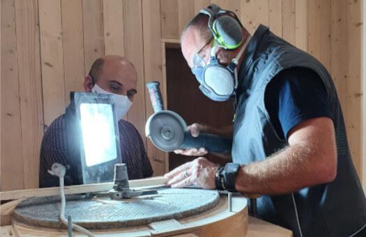 Sébastien et Laurent entretenant le moulin MTI50 de l'Institut Franck Debieu