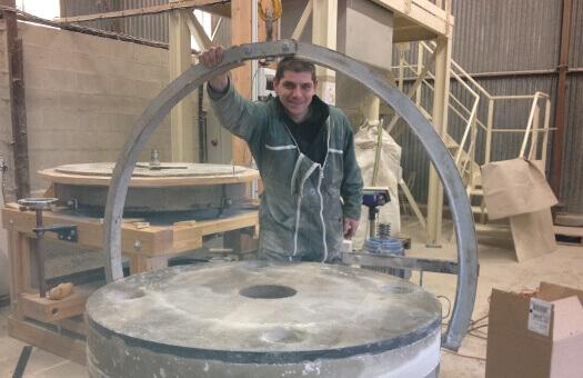 Des meules Ø120cm en suspension lors de l'entretien d'un moulin dans les Ardennes