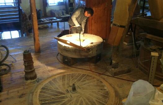 Repiquage-meules-granit-avec-bouchardage